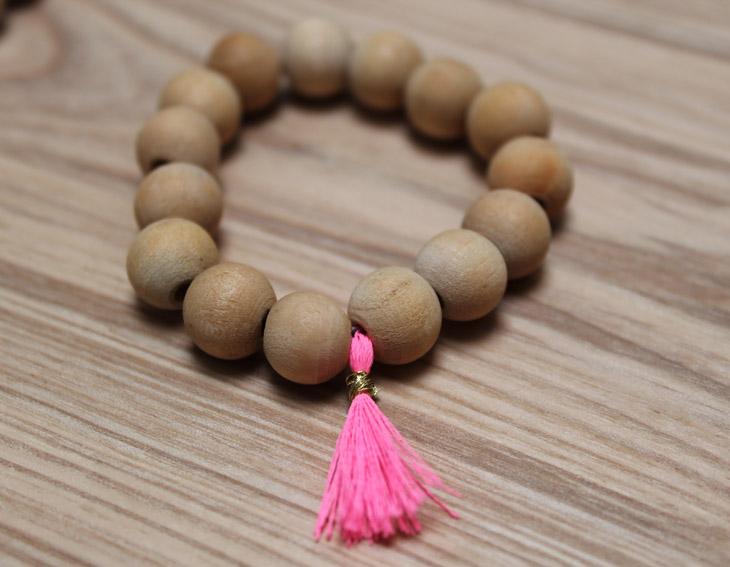 bracelet perles fluo rose